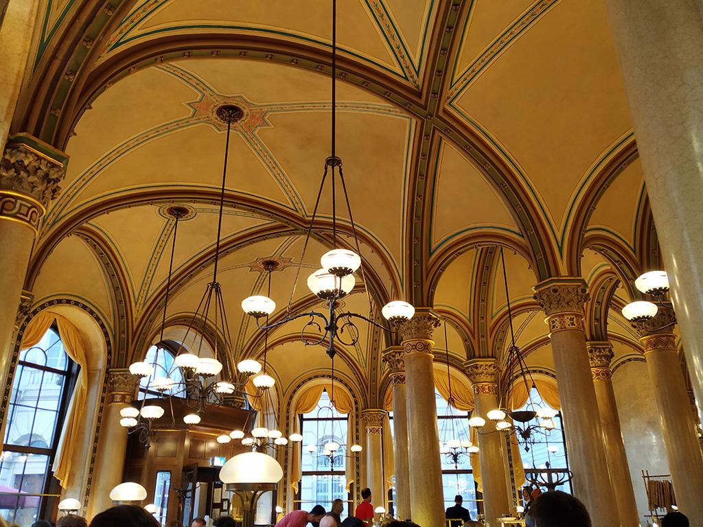 Wiedeń, city break – wnętrze Cafe Central ze sklepieniem jak w kościele