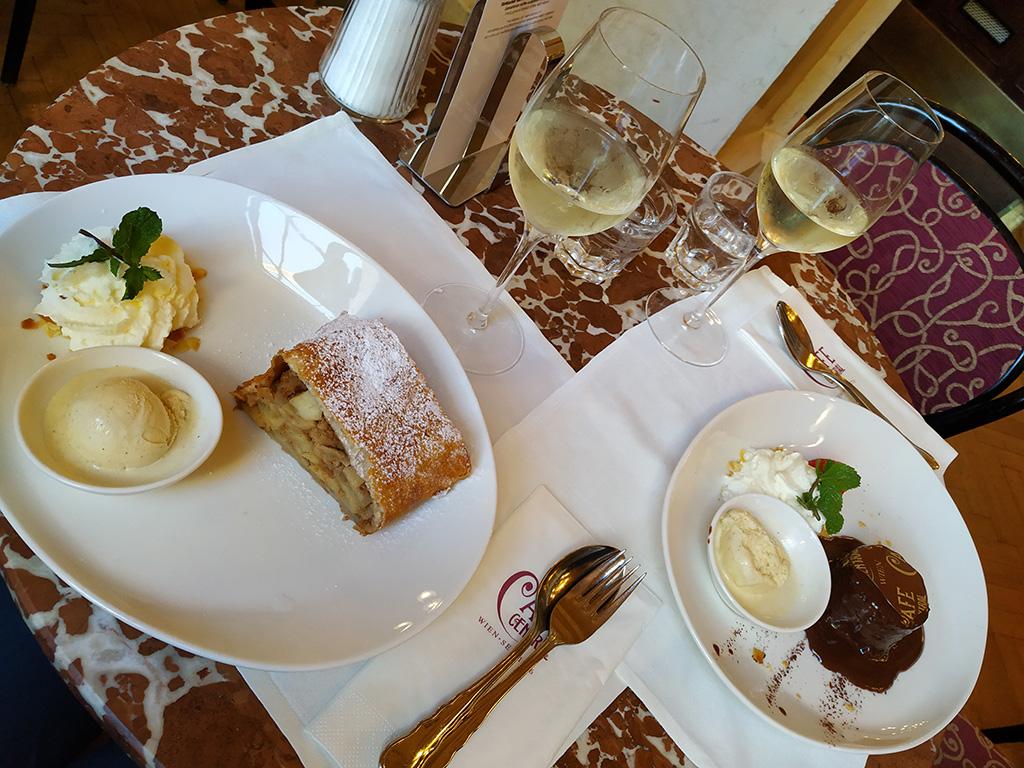 Wiedeń, city break – ciasta i wino w Cafe Central