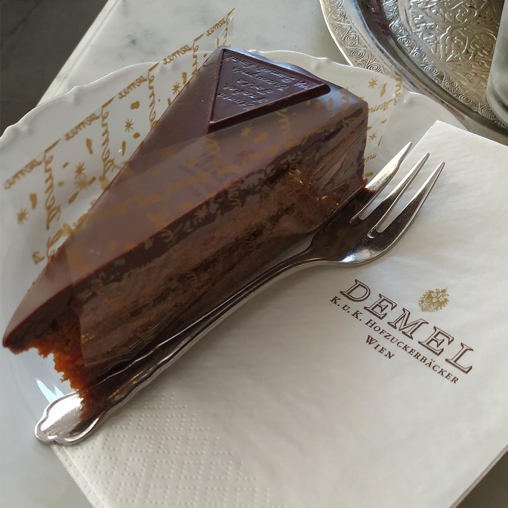 Tort Sachera, nieoryginalny, co można poznać po trójkątnej czekoladce