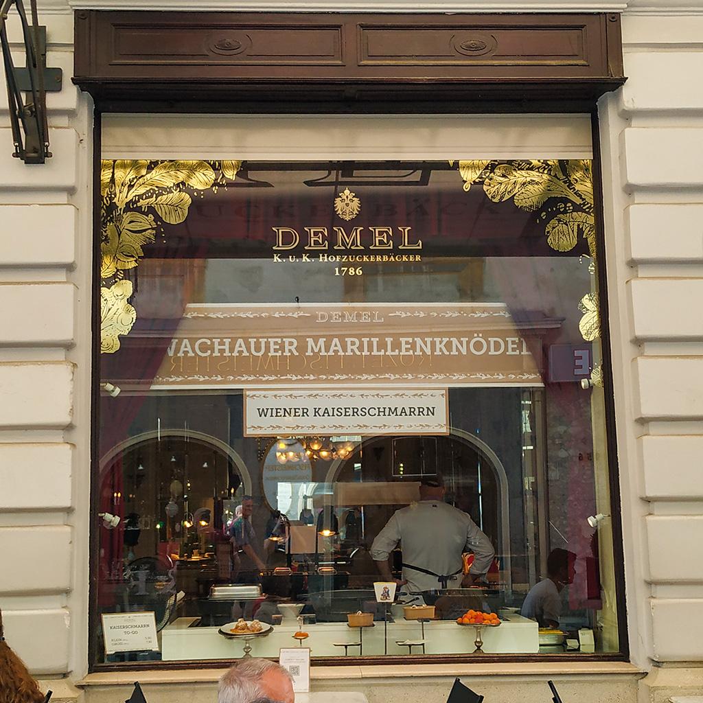 Okno kawiarni Demel, przez które widać, jak się robi omlet cesarski