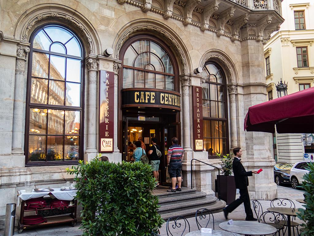 Wiedeń, city break – krótka kolejka przed wejściem do Cafe Central